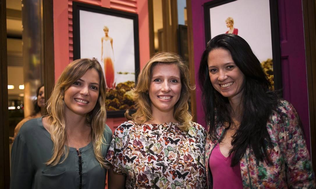 Natália Cosate, a coordenadora de moda do ELA, Melina Dalboni, e a superintende do Fashion Mall, Jini Nogueira Paula Giolito / Agência O Globo