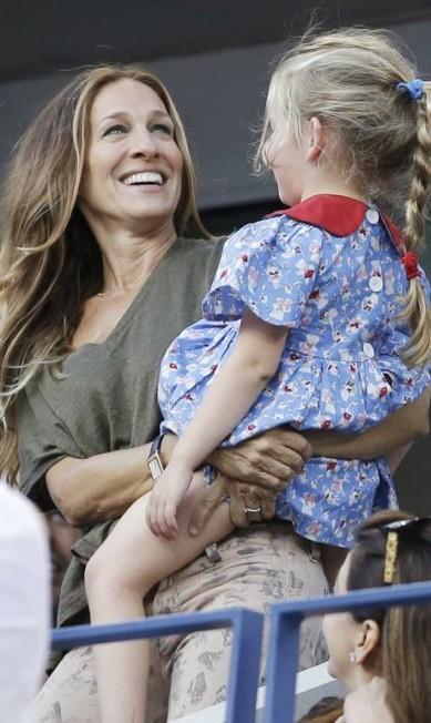 Sarah Jessica se divertiu com as gêmeas Marion e Tabitha Darron Cummings / AP