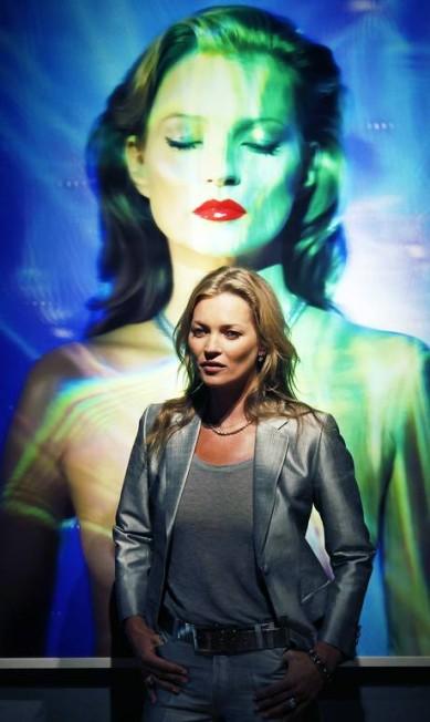 Uma das maiores tops do mundo, a modelo inglesa Kate parou a casa de leilões Christie's, em Londres, nesta quarta-feira. A modelo esteve no local para divulgar o evento do dia 25 de setembro, que colocará à venda alguma de suas fotos mais emblemáticas LUKE MACGREGOR / REUTERS