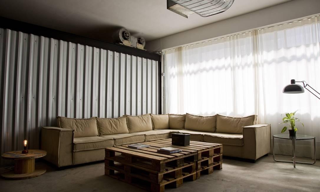 Ambiente de estar: sofazão com estofado de lona de caminhão e mesa de pallet Paula Giolito / Agência O Globo