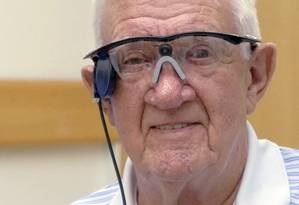 Ray Flynn, que sofria de degeneração macular, usando seu 'olho biônico' Foto: HO / AFP/ Central Manchester University Hospitals NHS Foundation Trust - Manchester Royal Eye Hospital