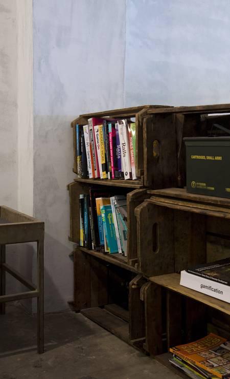 Caixotes de feira funcionam como estantes Paula Giolito / Agência O Globo