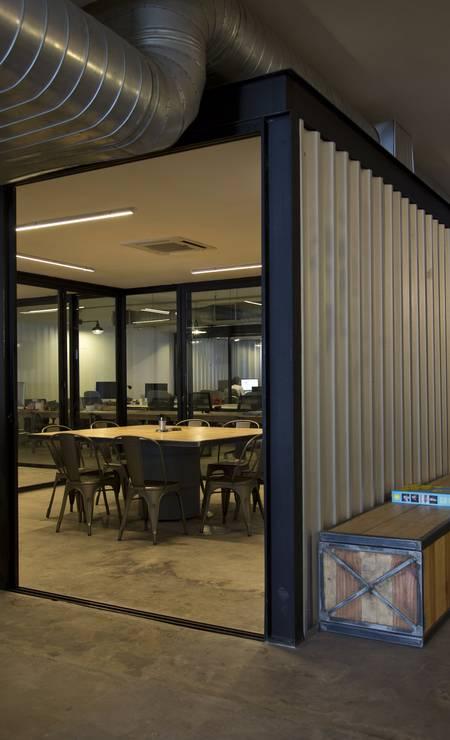 Contêiner. No meio do escritório, lâminas de alumínio dividem os ambientes Paula Giolito / Agência O Globo