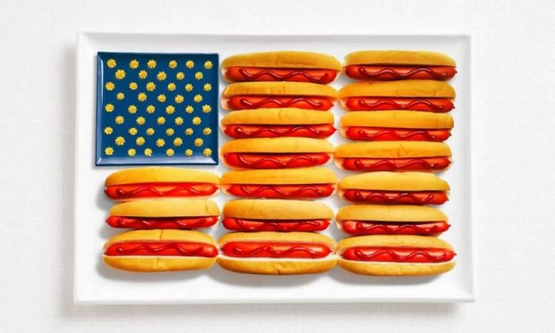 A dos Estados Unidos tinha que ter fast food: cachorro quente, mustarda e queijo formam o desenho Divulgação / WHYBIN\TBWA