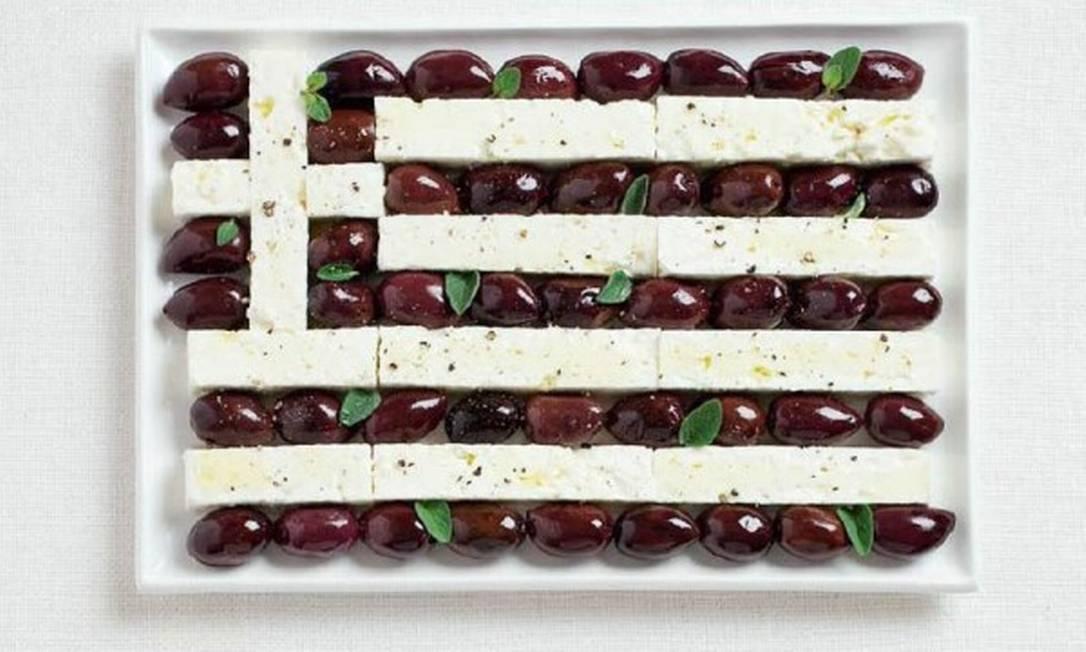 E quando se pensa em Grécia é impossível não lembrar do azeite grego, um dos melhores do mundo. Por isso, a bandeira do país foi feita a partir de azeitonas Kalamata e queijo feta Divulgação / WHYBIN\TBWA
