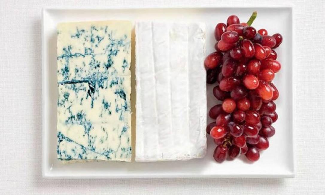 Quer algo que represente mais a França do que queijo? Talvez, vinho? Pois está tudo presente nesta bandeira feita de queijo gorgonzola, brie e uva Divulgação / WHYBIN\TBWA