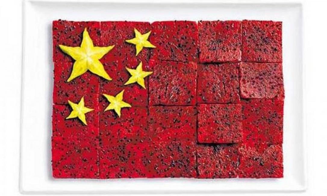 A pitaia, também conhecida como fruta do dragão, forma a base da bandeira da China, cujas estrelas foram feitas de carambola Divulgação / WHYBIN\TBWA