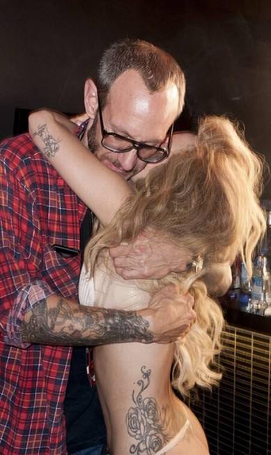 Terry Richardson dá uma abraço em Gaga logo após o fim da performance Reprodução/ Tumblr