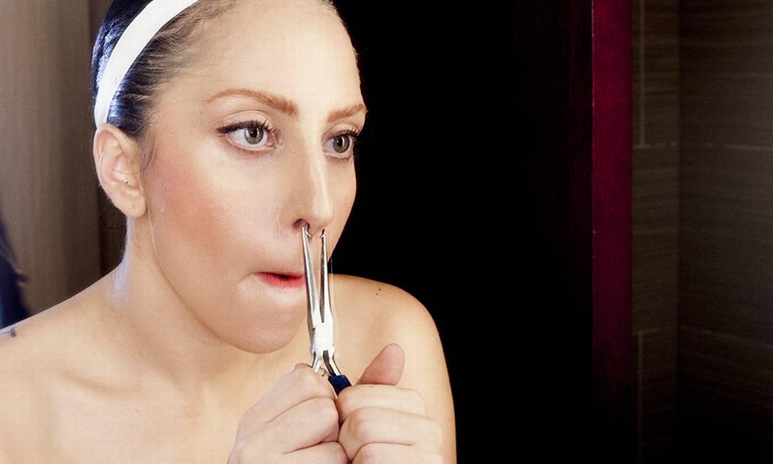Gaga ajusta seu piercing no nariz Reprodução/ Tumblr