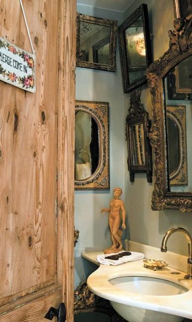No lavabo, coleção de espelhos e porta francesa antiga Kitty Paranaguá