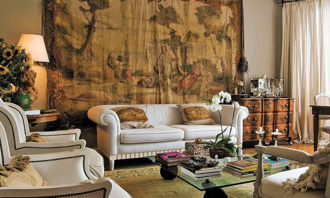 O painel de linho, do século XVIII, é a vedete do living Kitty Paranaguá