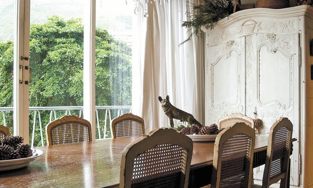 """Na sala de jantar, o armário de """"marriage"""" agora é um guarda-louças Kitty Paranaguá"""