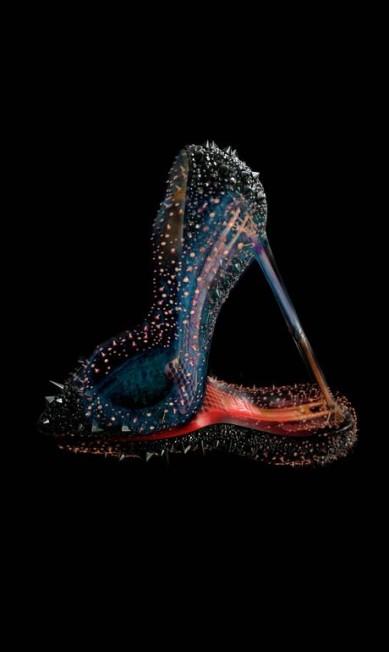 Os icônicos sapatos da grife Louboutin têm seu lugar na exposição Divulgação