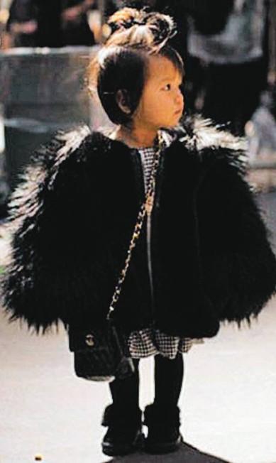 Minifashionista. Aila Wang, 4 anos, foi vista na semana de moda de Nova York com uma micro-Chanel Terceiro / Agência O Globo