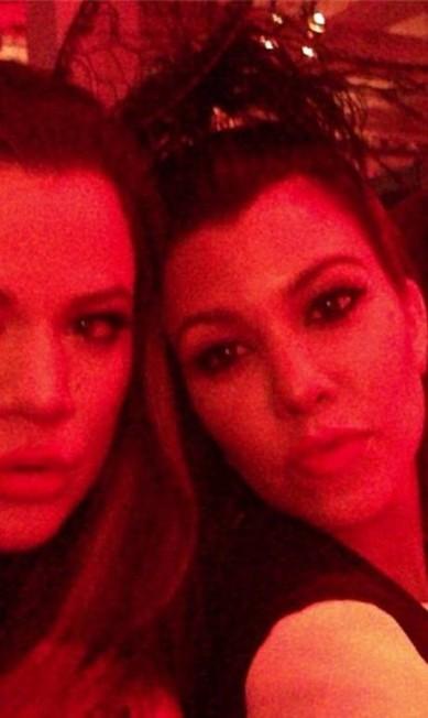 Khloé e Kourtney também apareceram na festa da irmã caçula Reprodução Instagram