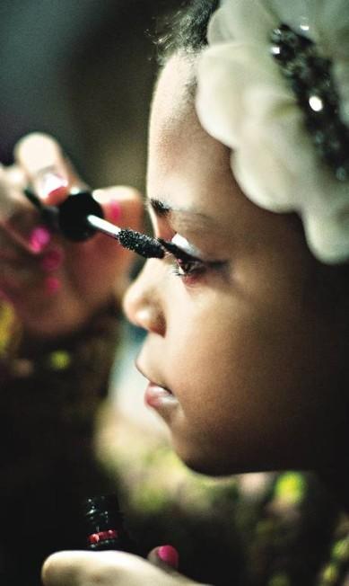 Produção: Vitória Barcelos, 8 anos, prepara-se para o desfile de encerramento de um curso de tendências para crianças Fabio Seixo