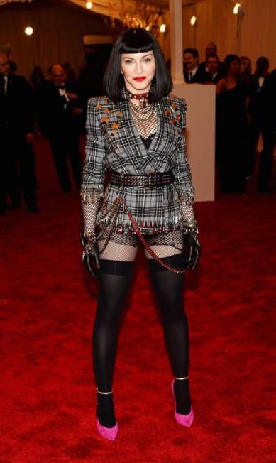 Na última edição do tradicional baile de gala do The Metropolitan Museum of Art, Madonna surpreendeu ao surgir com look punk - e ousado - assinado por Riccardo Tisci, diretor de criação da Givenchy Dimitrios Kambouris / AFP