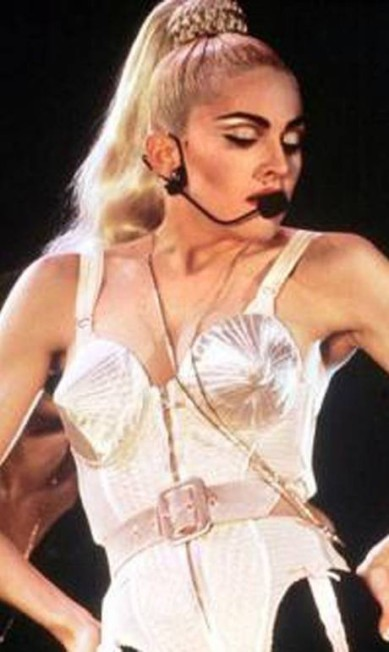 """O look da foto anterior poderia ser uma versão atualizada do corset com sutiã em forma de cone da turnê """"Blond Ambition"""", de 1990. A peça também foi criada por Gaultier Agência O Globo"""