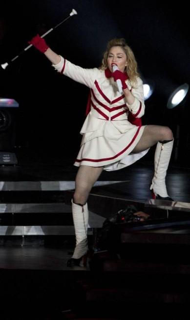 """Durante a turnê """"MDNA"""", o look animadora de torcida de Madonna era um dos mais comentados Ariel Schalit / AP"""