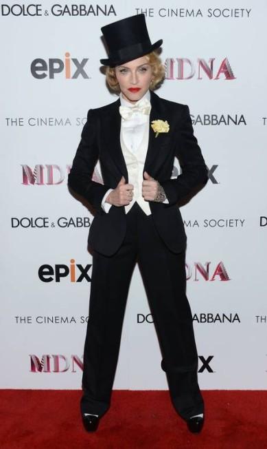 """Na exibição do documentário """"Madonna: The MDNA Tour"""", sobre sua última turnê, em Nova York, a cantora fez uma clara homenagem à Marlene Dietrich ao vestir figurino semelhante ao da atriz no filme """"Marrocos"""", de 1930. Madonna usou fraque, cartola e uma flor na lapela Dimitrios Kambouris / AFP"""