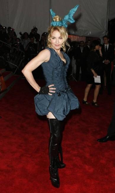 Irreverente, Madonna compareceu ao baile de gala do MET, em 2009, com divertidas orelhas de coelho estilizadas da grife Louis Vuitton LUCAS JACKSON / REUTERS