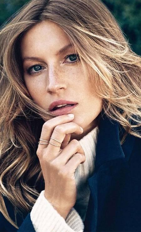 Posou para a campanha da H&M com make natural e cabelos ondulados Divulgação