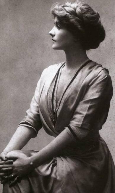 """Além de criar roupas e chapéus incríveis, a estilista Coco Chanel era uma exímia frasista. Selecionamos algumas das afirmações mais emblemáticas da designer, que completa neste domingo 45 anos de morte: """"Quem não gosta de estar consigo mesmo, em geral, está certo"""" Divulgação"""