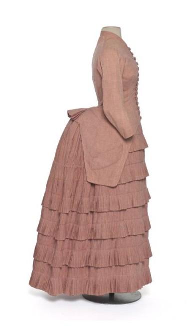 Um vestido com bustle, de 1881. Muitos chargistas fizeram piada do estilo, comparando as mulheres a besouros ou caracóis Terceiro / Divulgação