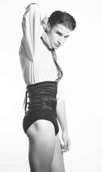 As cuecas e campanhas de roupas íntimas atuais ainda expõem o fascínio pela virilidade masculina, presente nas roupas desde o tempo das braguettes Terceiro / Divulgação
