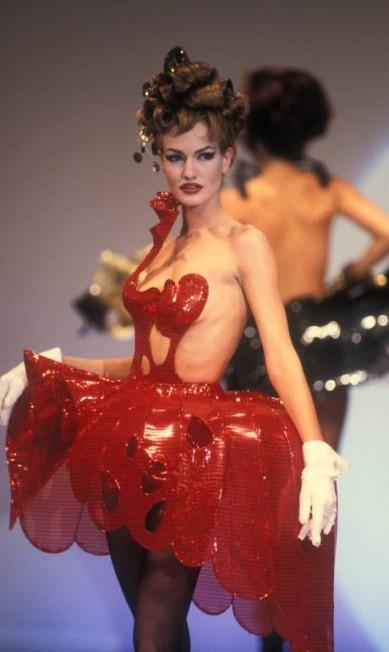 A moda contemporânea claramente inspirada na silhueta do século XVIII: a peça é da coleção primavera-verão 1992 de Thierry Mugler Terceiro / Divulgação