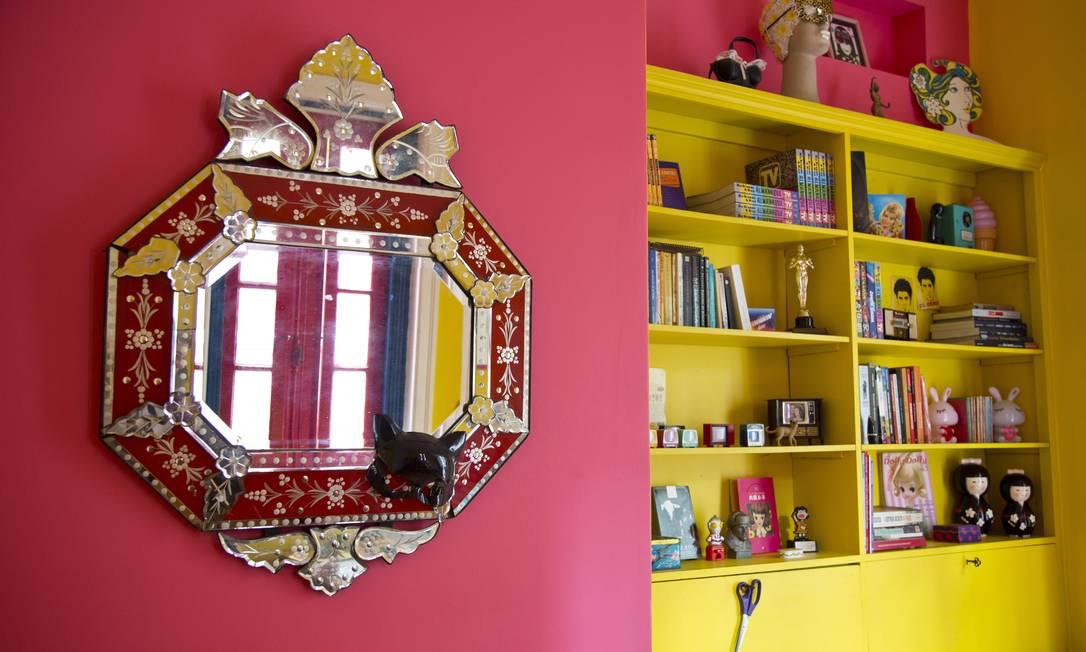 Mais um espelho e estante onde a roteirista expõe parte da sua coleção de objetos encontrados por aí Paula Giolito / Agência O Globo
