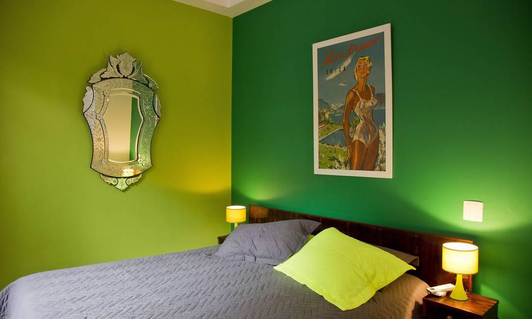No quarto, cor, espelho e roupa de cama da Saara Paula Giolito / Agência O Globo