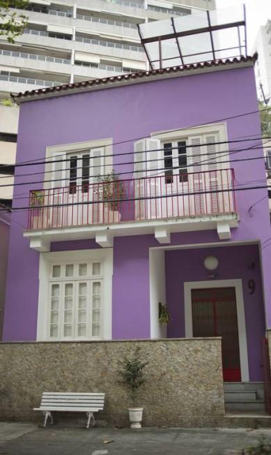 A casa lilás: A fachada chama a atenção mesmo de longe, numa rua pacata de Laranjeiras Paula Giolito / Agência O Globo