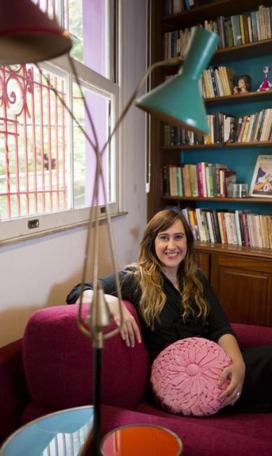 """Bia Braune na biblioteca que tem no quarto: """"Adoro a memória que a peça carrega"""", diz Paula Giolito / Agência O Globo"""