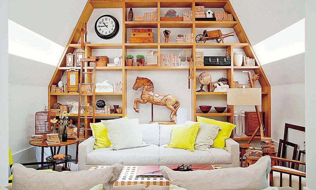 Nas alturas: Feita de peroba do campo, a peça projetada por Maurício Nóbrega acompanha o formato do teto da casa Terceiro / Divulgação