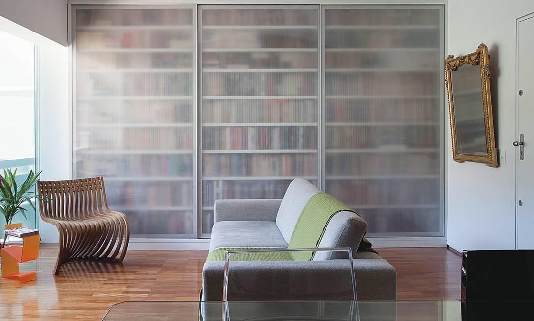 """Conteúdo: as portas de correr de policarbonato """"disfarçam"""" a coleção de livros e criam um efeito Terceiro / Agência O Globo"""