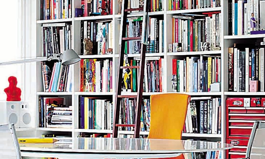 Arrumação: No home office de Marcia e Manoela Muller, a disposição de livros e objetos foi planejada antes, para dar um colorido extra Terceiro / Divulgação