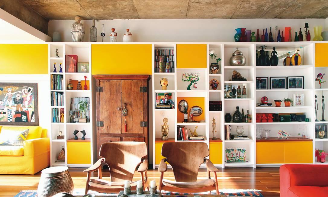 Elementos: o modelo criado por Renata Bartolomeu tem acabamento de laca em amarelo ovo e armário antigo encaixado no meio Terceiro / Divulgação