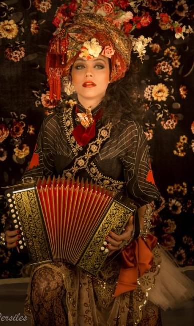"""No palco do show, no palco do teatro, na praça ou no estúdio de gravação, é sempre como se estivéssemos sempre embaixo da mesma lona furada de um velho circo"""", ela diz VALKIRIA PERSILES / Divulgação"""
