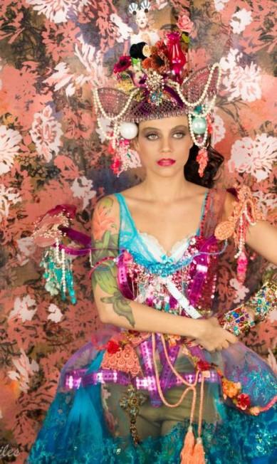 """""""Revistas, talheres, metais, lâmpadas, castiçais, tesouras e bijuterias foram misturados a tecidos de texturas e estampas diversas"""", diz Thanara VALKIRIA PERSILES / Divulgação"""