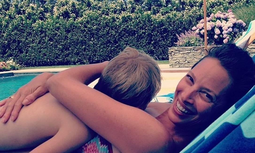 """A veterana Christy Turlington, uma das maiores tops dos anos 1990, mostra que o verão é tempo de dar um tempo com a família. """"Eu e meu garoto"""", diz a legenda no Instagram Divulgação / Instagram"""