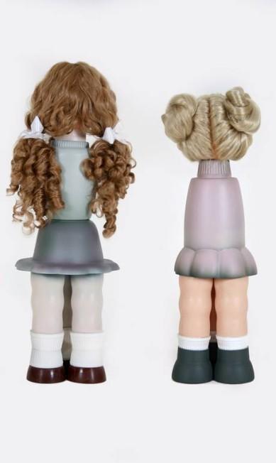 """Bonecas da série """"Ilegais"""", com formas fálicas, pernas triplicadas e cabelos por todos os lados: sem rosto Terceiro / Divulgação"""