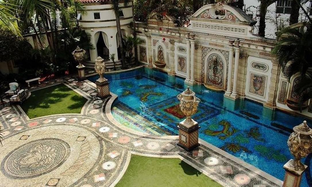 A piscina adornada com ouro é o lugar mais famoso da propriedade AP