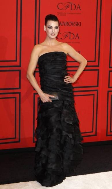 Aos 48 anos, Linda roubou os holofotes com um pretinho nada básico do estilista Oscar de la Renta no CFDA Fashion Awards LUCAS JACKSON / REUTERS