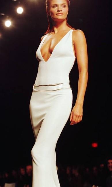 Antes de morrer, Gianni Versace chegou a declarar que a top dinamarquesa Helena Christensen tinha o corpo mais bonito do mundo. Na imagem, Helena desfila look da grife Halston, em 1997 Jeff Christensen / REUTERS