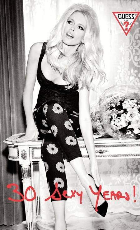 Consagrada como supermodel após estrelar campanhas para a Guess nos anos 1990, a top reeditou a parceria em 2012 e provou que ainda bate um bolão Foto: Divulgação / Guess