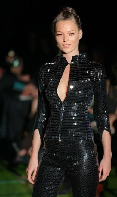 Uma das mais ativas modelos da geração 1990, a inglesa Kate Moss foi e ainda é sinônimo de atitude no mundo da moda. Na imagem, a top na passarela da Versace em 1999 Eric Feferberg / AFP