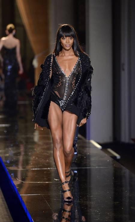 ... 16 anos depois, Naomi - hoje com 43 anos - exibiu pernas invejáveis no desfile de inverno 2013/2014 de alta-costura da Versace Foto: MIGUEL MEDINA / AFP