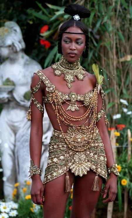 Em 1997, o estilista John Galliano colocou Naomi Cambell na passarela da Dior com look ousadíssimo, revelando a boa forma da modelo inglesa... Foto: Jack Dabaghian / REUTERS