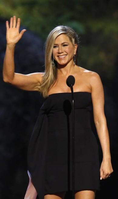 Jennifer Aniston inova com uma trança lateral MARIO ANZUONI / REUTERS